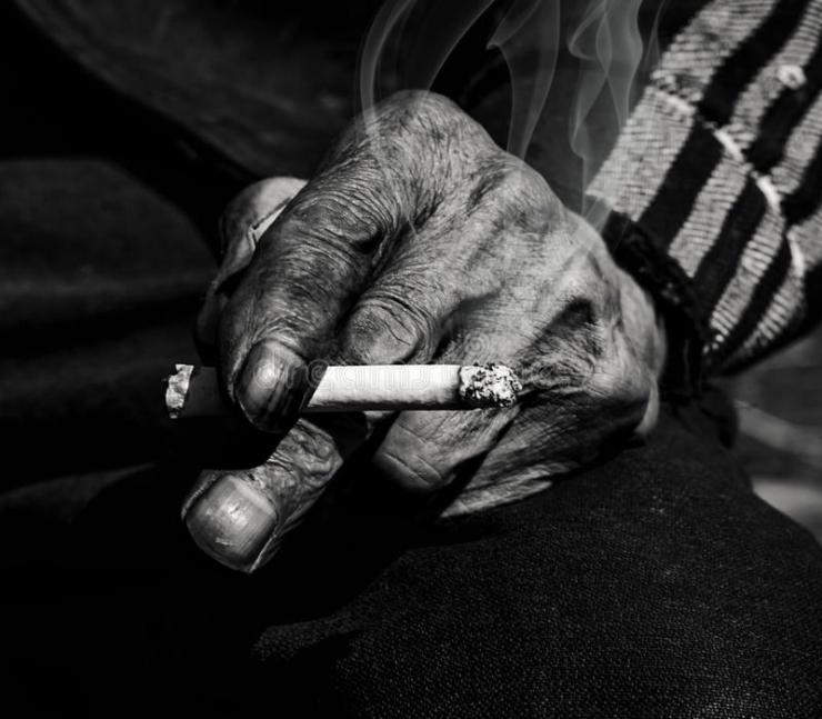 old-man-smoking-black-white-91021769