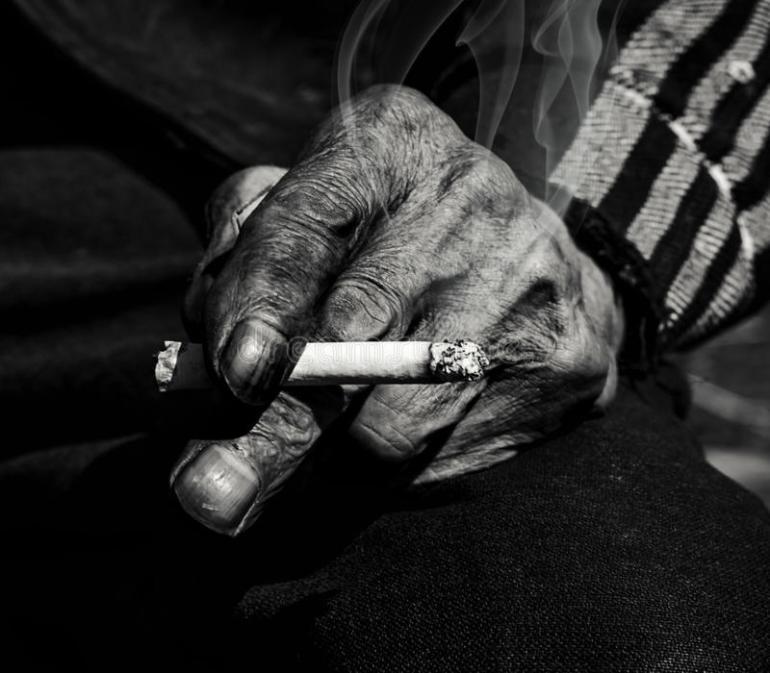 old-man-smoking-black-white-91021769